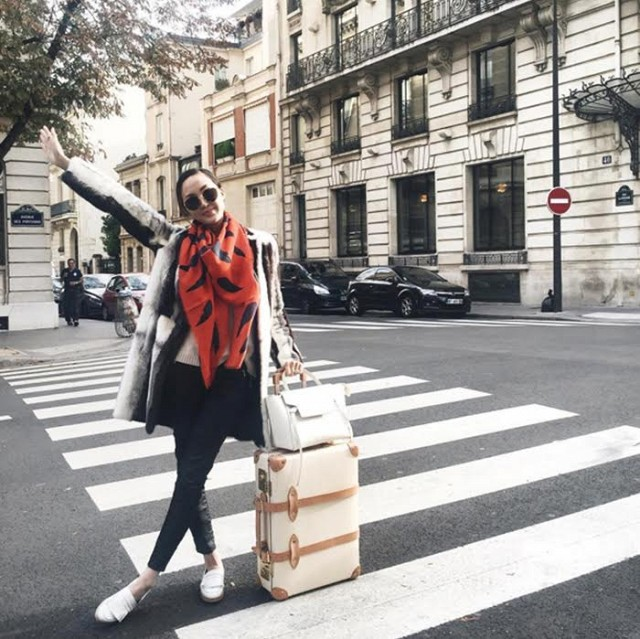 airport jetsetter style travel outfit all printed scarf white oxfors suitcases black skinnies plaid jacket www