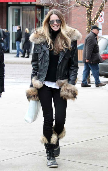 what to wear to apres ski, ski outfit, winter outfit, snow outfit, fur boots, fur trim parka jacket, elle macpherson