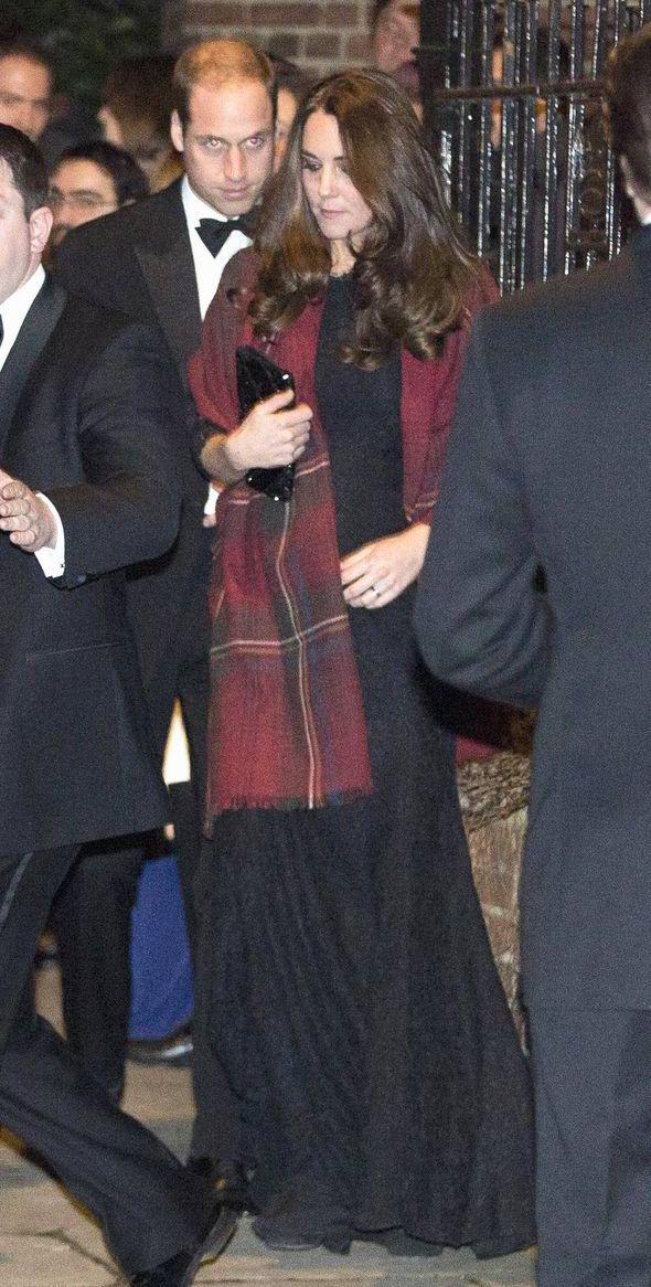 christmas outfit-holiday outfit-what to wear to christmas party-what to wear to a holiday party-kate middleton-black lace dress-scarf black tie-winter wedding