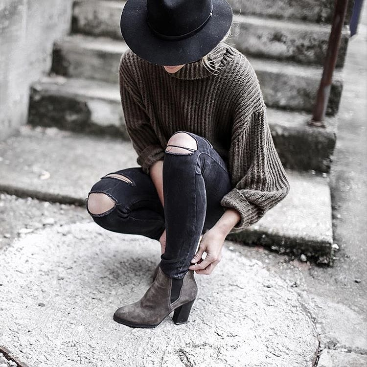 black skinnies, green chunky turtleneck sweater, booties, winter outfit