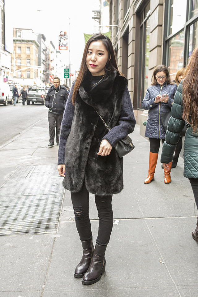 what to wear shopping, winter outfits, weekend outfits, holiday shopping outfit, navy and black winter weekend outfit shopping black fur vest navy sweater black skinnies distresed denim black jeans black ankle boots chelsea boots crossbody bag