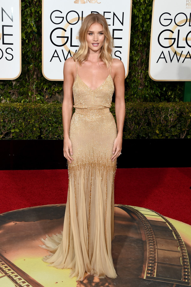 golden globes 2016 red carpet fashion Rosie Huntington-Whiteley attends the 73rd Annual Golden Globe Awards