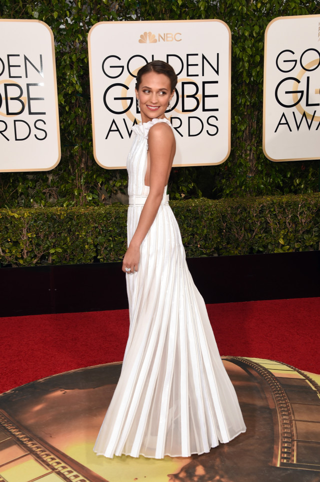 golden globes 2016 red carpet alicia vikadar