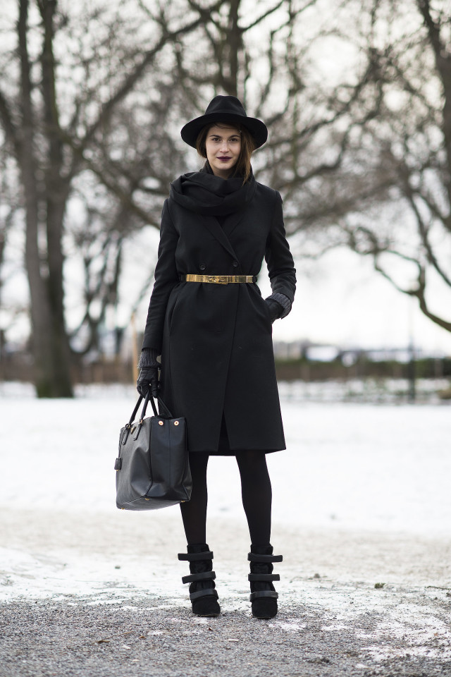 all black-black tights-winter work outfit-blakck coat-black coat-gloves-velcro boots-black tote-gold belt-belted coat-wide brim hat-winter style-what to wear when its freezing outside-snow outfit-le 21eme
