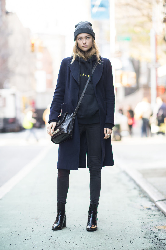 black and navy-beanie-bucket bag-black skinnies-chelsea boots-black ankle boots-graphic sweatshirt-weekend outfit-black skinnies-winter style-what to wear when its freezing outside-snow outfit