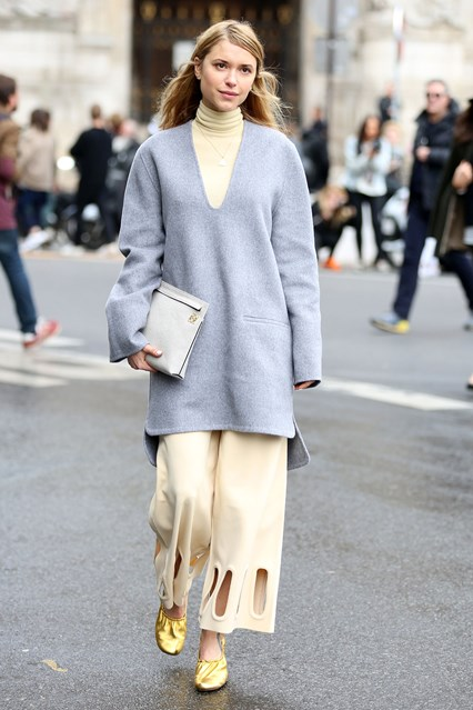 celine glove shoe-winter pastels-pastel blue tunic sweater-turtleneck-gold shoes-look de pernille