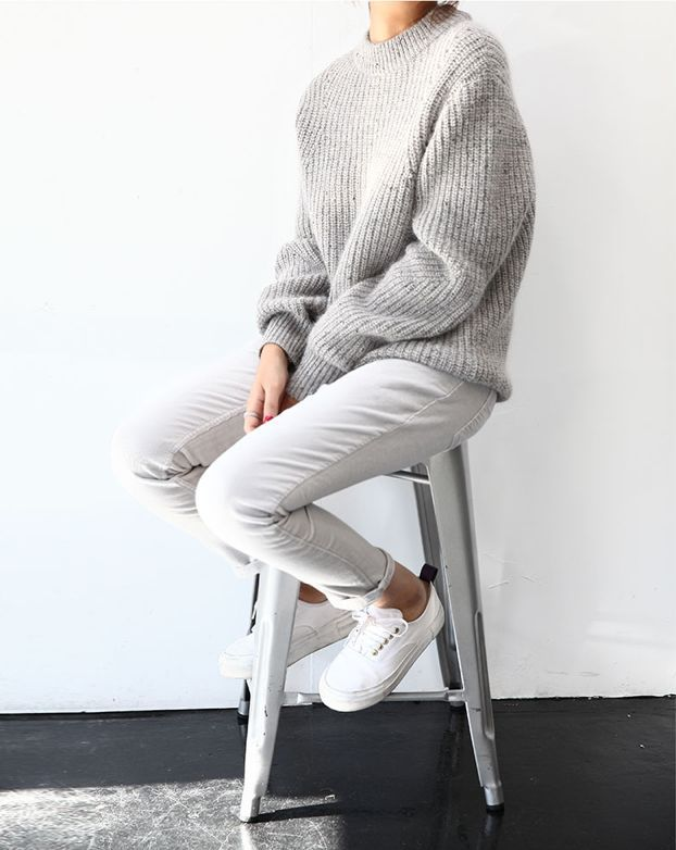 grey-monochromatic-groutfits-chunky sweater-rolled boyfriend jeans-whtie sneakers-via-modedeville.com