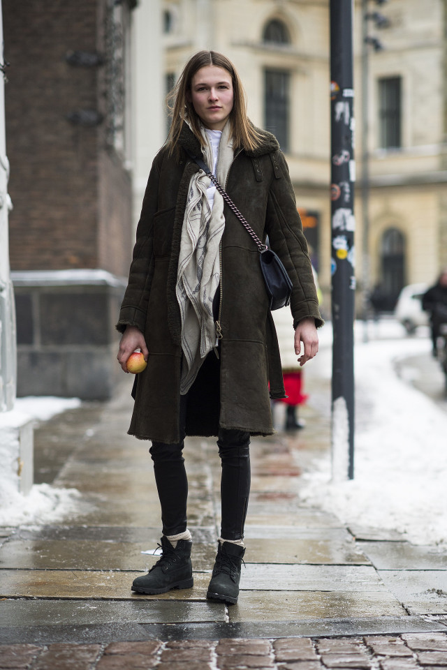 snow outfits, what to wear in a snowstorm, winter outfit, shearling coat-scarf-lace up boots-crossbody bag-black skinnies-weekend outfit-socks-winter style-what to wear when its freezing outside-snow outfit