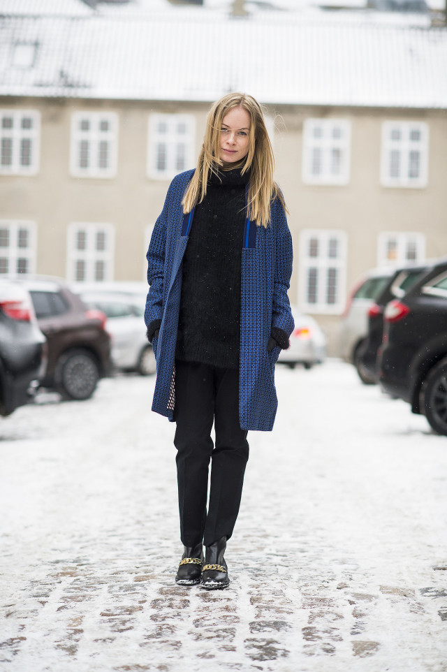 snwo outfit-winter long oversized sweater-trouser pants-loafers statement coat-geometric print-printed coat-winter outfit-what to wear when its freezing outside-gloves-work outfit-via-le 21eme