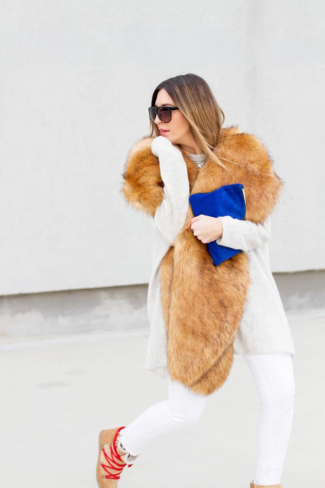 snow outfits, what to wear in a snowstorm, winter outfit, white jeans in winter-snow boots-treaded boots-fur scarf stole-all whtie-navy coat-winter outfit-