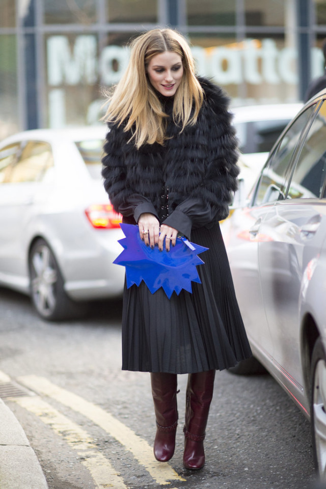 berry boots-burgundy riding boots-pleated skirts-black midi skirts-knife pleats-graphic clutch-fur coat-work outfit-lfw street style-psuk-olivia palermo