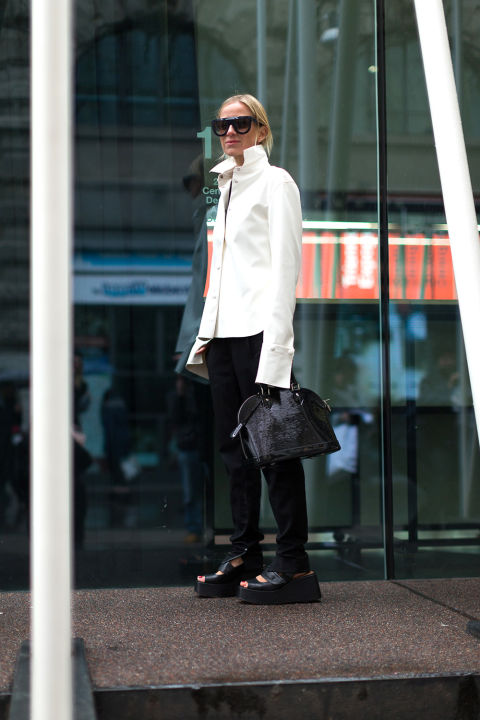 black skinnies-white oxford shirt-cuffs major cuffs-flatforms-blakc and white-black and white-winter to spring transitional dressing-work outfit-milan fashion week street style-hbz