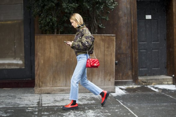 camo print baseball jacket-high waisted mom jeans-cropped jeans-frayed jeans denim-rain boots-look de pernille-nyfw street style 2016 racked