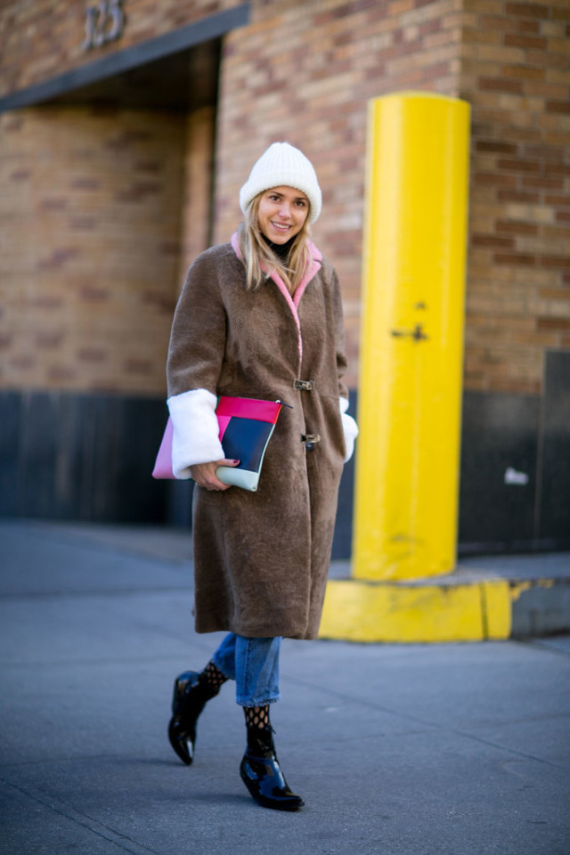 colorblock fur-tights under jeans-socks with shoes-rolled jeans-cropped jeans and booties-colorblock clutch oversized clutchlook de pernille-nyfw street style-ps