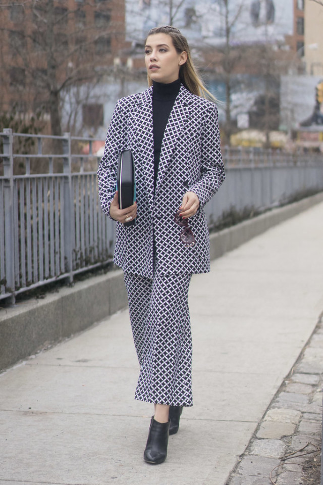 cropped printed flares-printed pants suit-tuttleneck-turtleneck-cropped pants and booties-70s-nyfw street style-ps