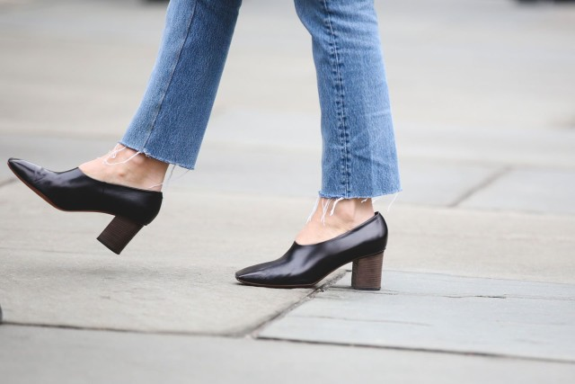 glove shoes-frayed jeans-nyfw street style-ref29