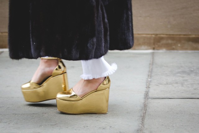 gold shoes-platforms wedges-frayed denim-white jeans in winter-fur coat-nyfw street style-ref20