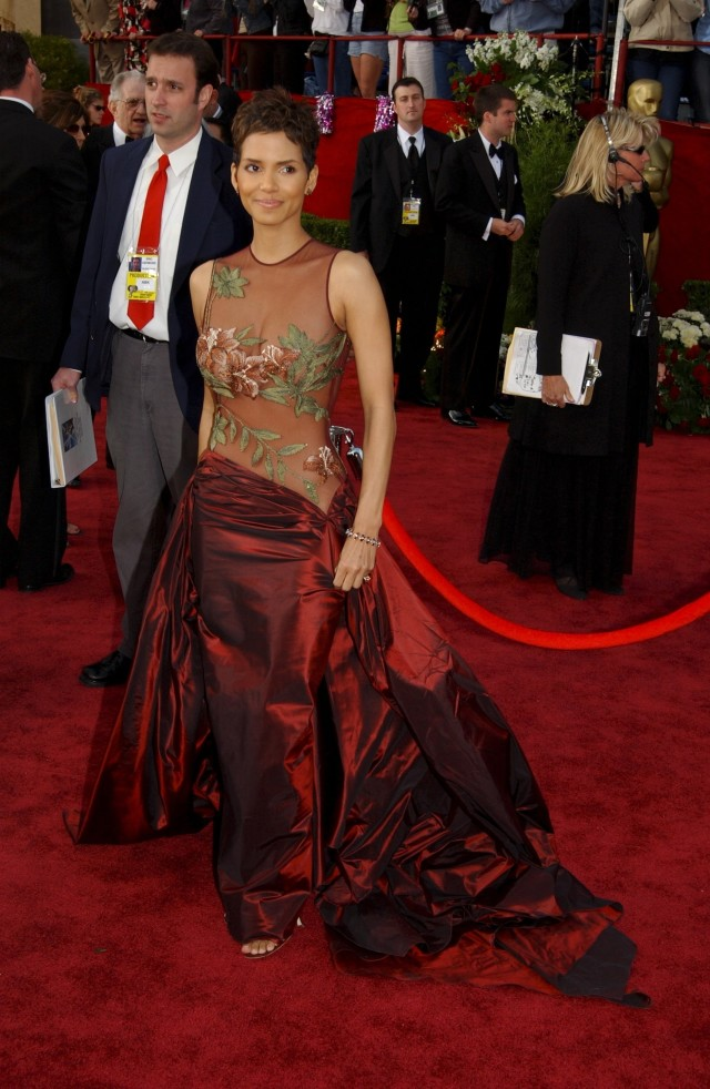 UNITED STATES - MARCH 24: Halle Berry at the Seventy Fourth Annual Academy Awards in Los Angeles, United States on March 24, 2002 - For the first time this year the Oscar show was held in its brand new home, the Kodak Theatre, located in the heart of Hollywood, California. (Photo by David LEFRANC/Gamma-Rapho via Getty Images)