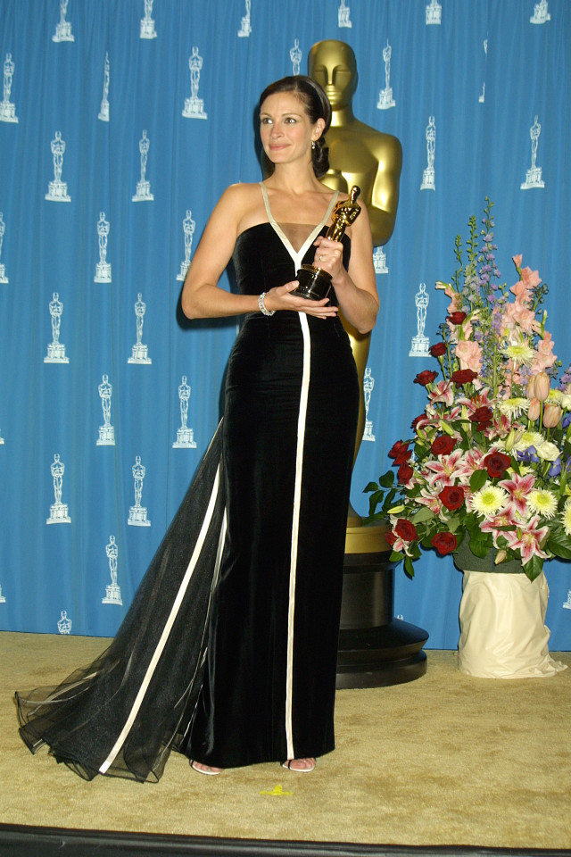 UNITED STATES - MARCH 01: Julia Roberts backstage at the 2001 Academy Awards after winning Best Actress for her role Erin Brockovich (Photo by Vinnie Zuffante/Getty Images)