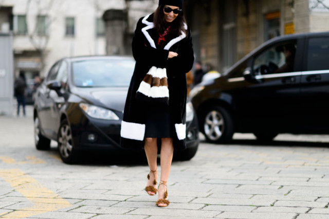 milan fashion week street style-elle-fur coat-colorblock fur-fringe shoes-beanie