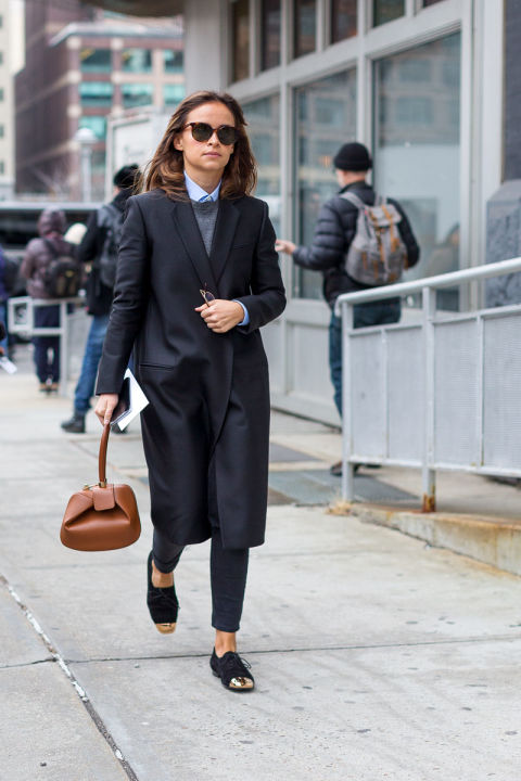 minimalist-winter work outfit-two tone lace up oxfords-black skinnies-sweater over oxford shirt-navy coat-miroslava duma-nyfw street style-hbz