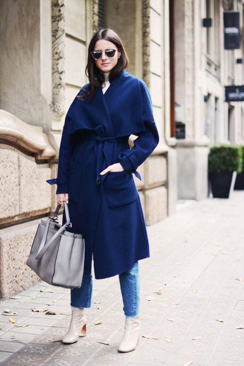 navy coat-robe coat-white ankle booties-two tone booties-frayed denim-work outfit-fashionvibe