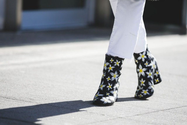 printed booties-daisy print-frayed jeans-white jeans-nyfw street style-