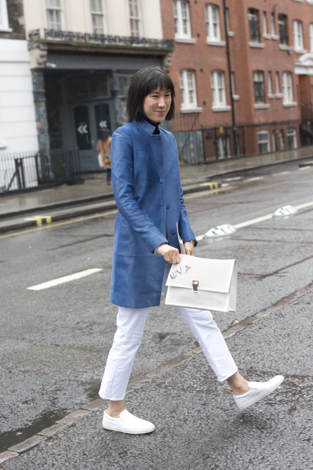 white jeans in winter-whte slip on sneakers-white sneakers-blue coat-black turtleneck-work-eva chen-work-lfw street style-