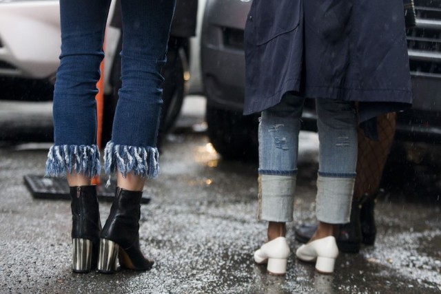 white shoes-stack heel-rain-frayed jeans-cuffed jeans-s-nyfw street style-rac