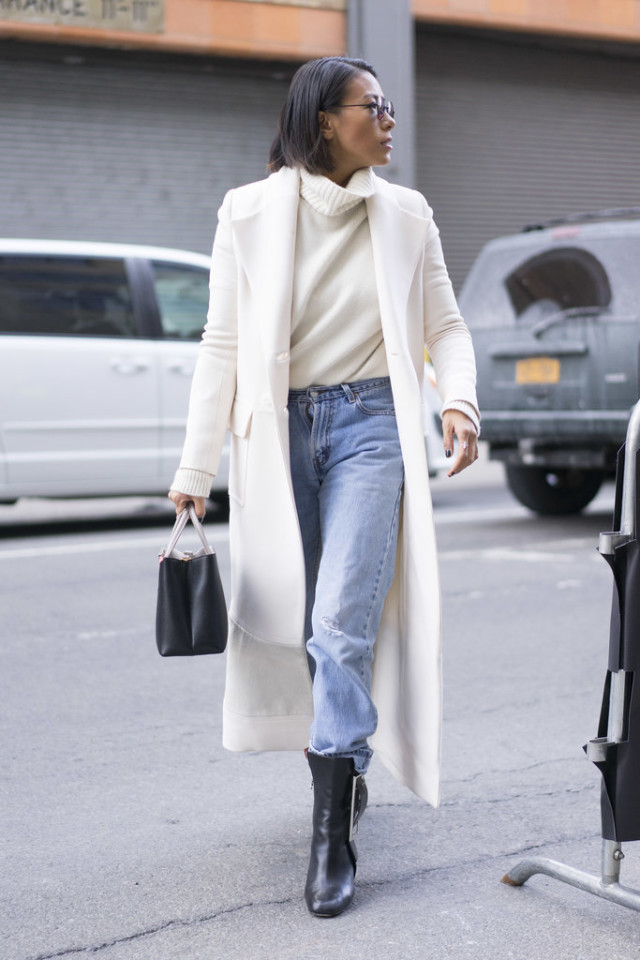 winter whites-high wasited mom jeans-ankel boots-cuffed jeans-white coat-turtleneck sweater-work weekend outfit-nyfw street style-