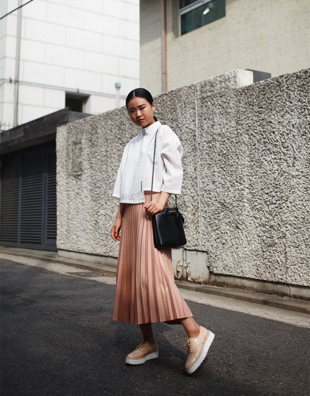 pleated mini skirt-accordion pleats-crop top-treaded loafers-platform loafers-creepers-spring work outfit-blush pink-