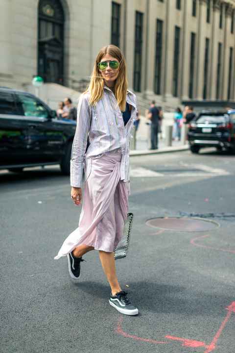 sneakers-and-skirts-fall-work-outfit-tie-front-skirt-oversized-oxford-shirt-vans-stripes-pink-nyfw-street-style-fall-outfits-hbz