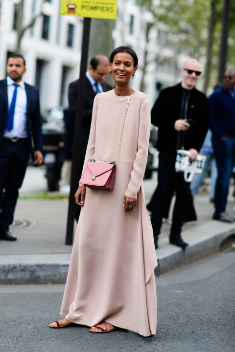 paris fashion week street style ss 2017, maxi dress fall maxi dress, model off duty style, crossbody bag, blush pink, paris fashion week street style ss 2017,